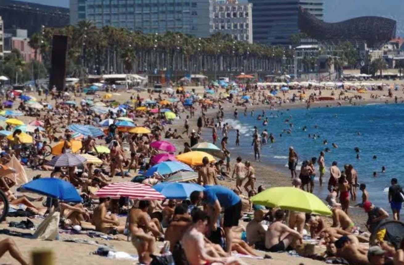 Tây Ban Nha mở cửa du lịch quốc tế nhưng yêu cầu bắt buộc du khách đeo khẩu trang tại các bãi biển - Ảnh 2.