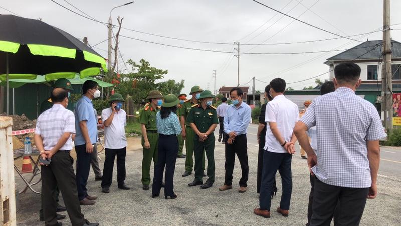CLIP - ẢNH: Phong toả 2 thôn (xã Tượng Sơn và Việt Tiến, Hà Tĩnh) có trường hợp dương tính với Covid-19 - Ảnh 9.