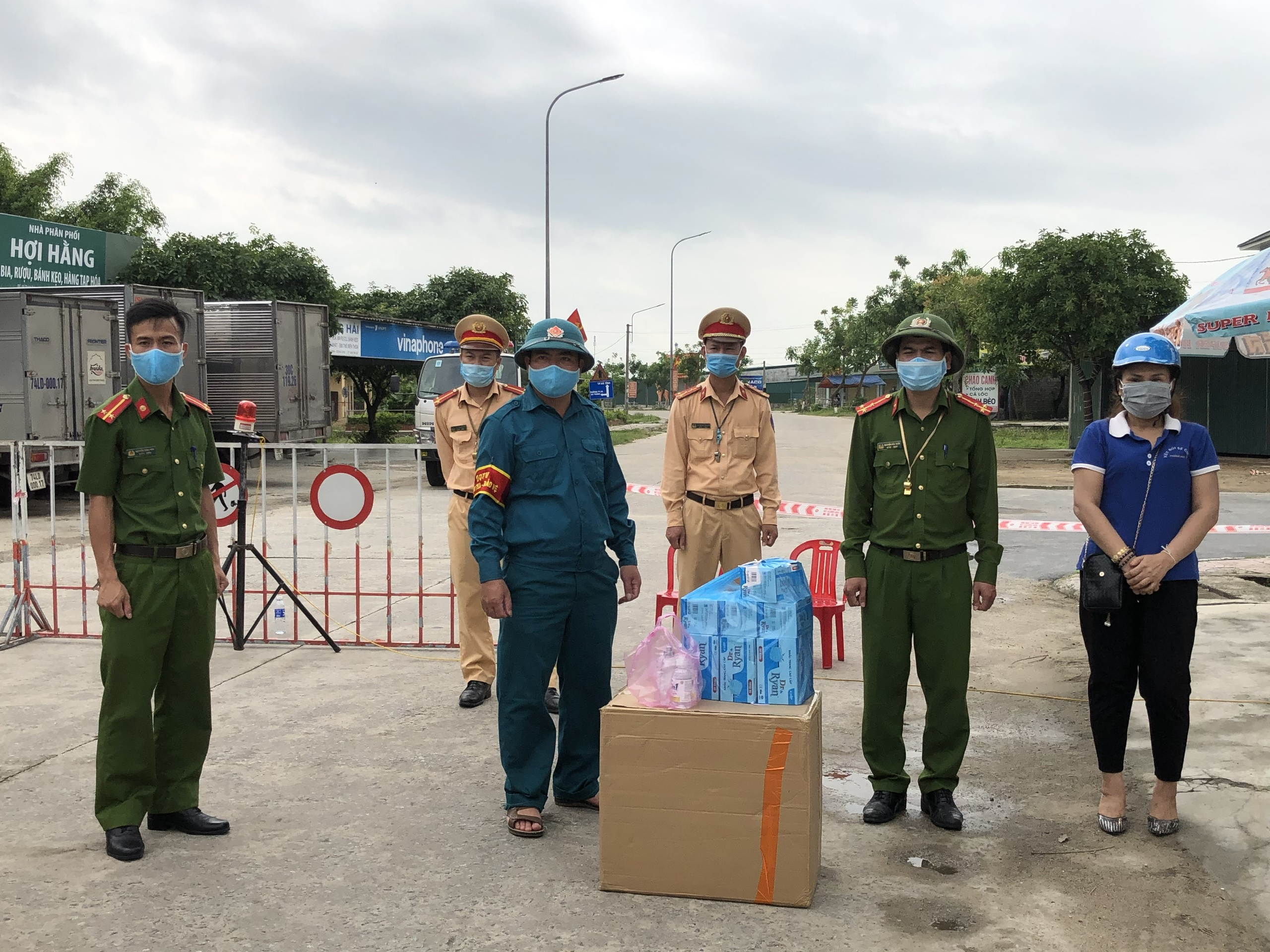 CLIP - ẢNH: Phong toả 2 thôn (xã Tượng Sơn và Việt Tiến, Hà Tĩnh) có trường hợp dương tính với Covid-19 - Ảnh 14.