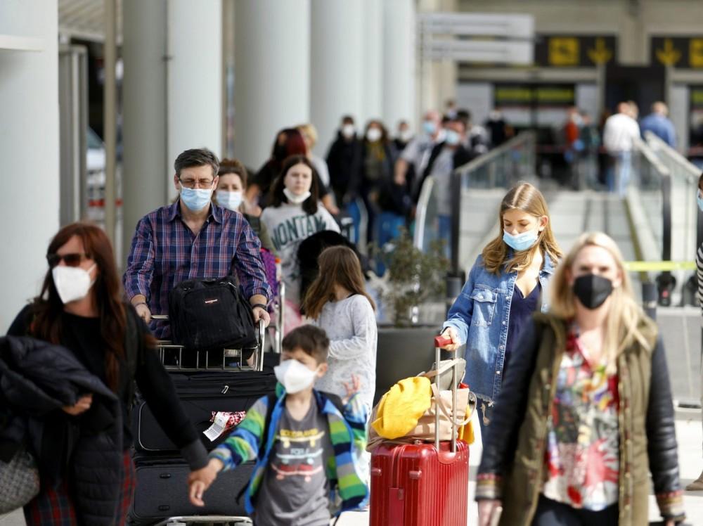 """Đẩy mạnh tiêm vaccine Covid-19,các sân bay quốc tế lại """"chật như nêm""""  - Ảnh 10."""