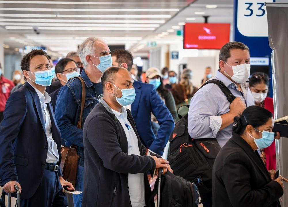 """Đẩy mạnh tiêm vaccine Covid-19,các sân bay quốc tế lại """"chật như nêm""""  - Ảnh 11."""