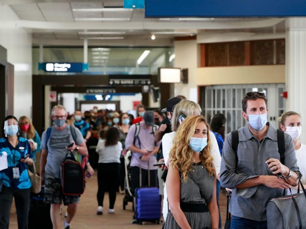 """Đẩy mạnh tiêm vaccine Covid-19,các sân bay quốc tế lại """"chật như nêm""""  - Ảnh 6."""