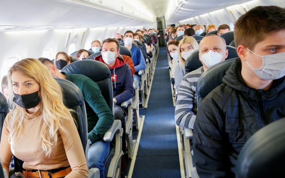 """Đẩy mạnh tiêm vaccine Covid-19,các sân bay quốc tế lại """"chật như nêm""""  - Ảnh 8."""