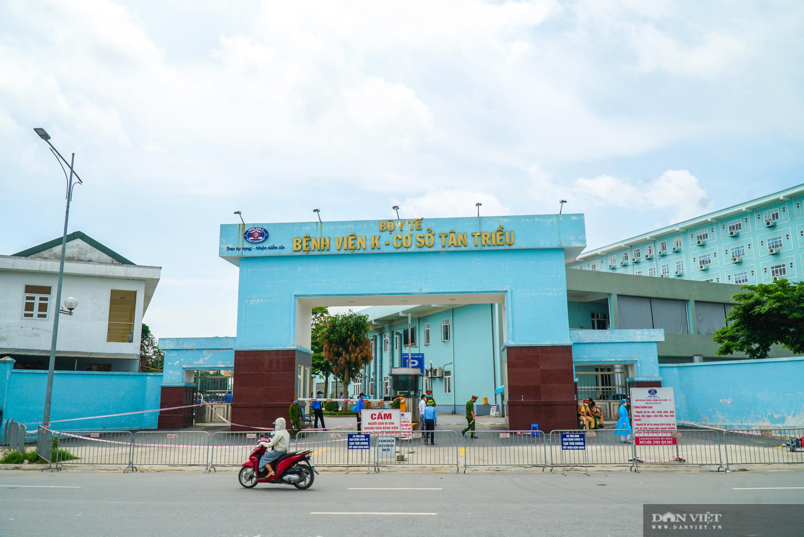 Bệnh viện K Tân Triều bị phong toả, người thân đội nắng tiếp tế đồ ăn - Ảnh 1.