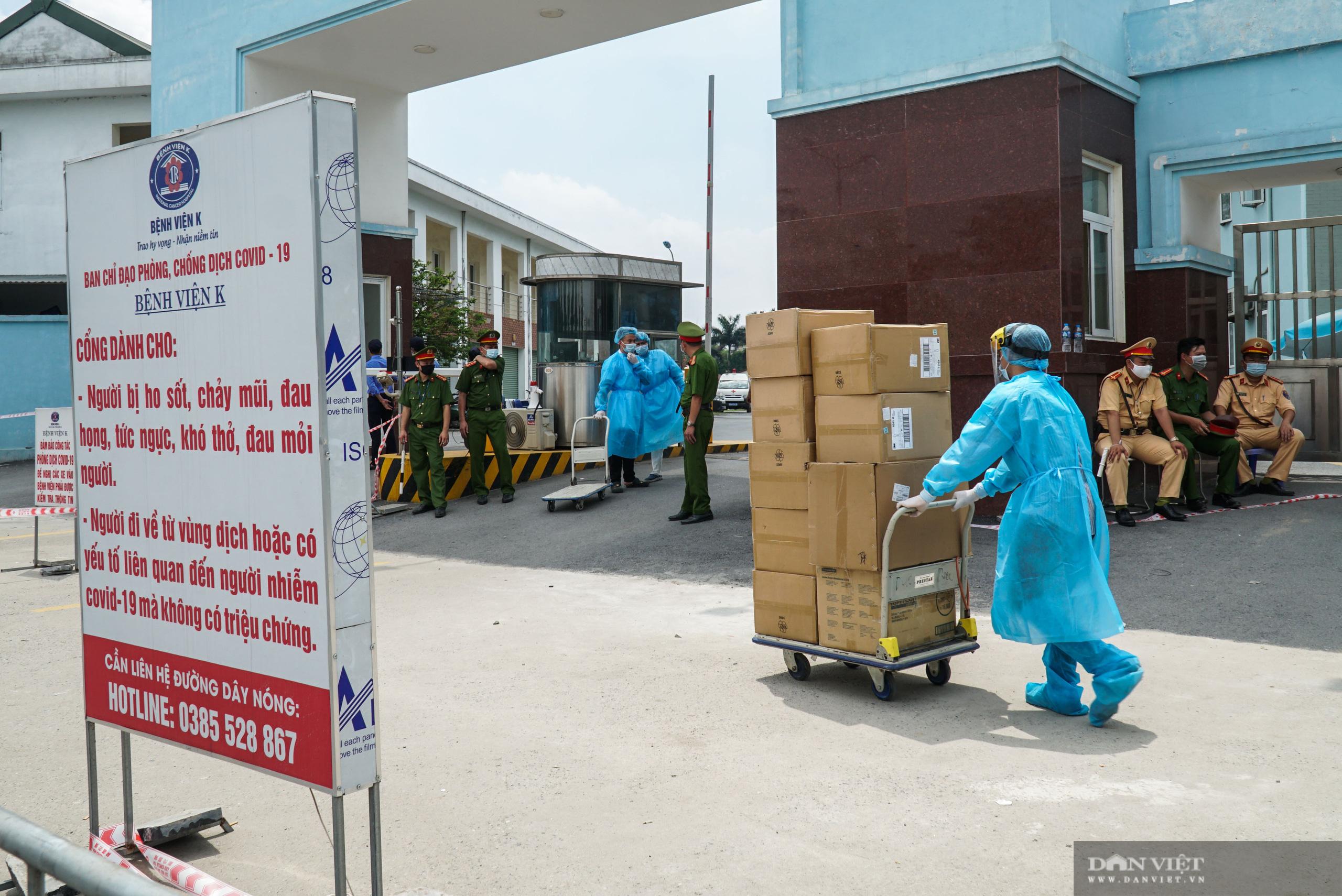 Bệnh viện K Tân Triều bị phong toả, người thân đội nắng tiếp tế đồ ăn - Ảnh 2.