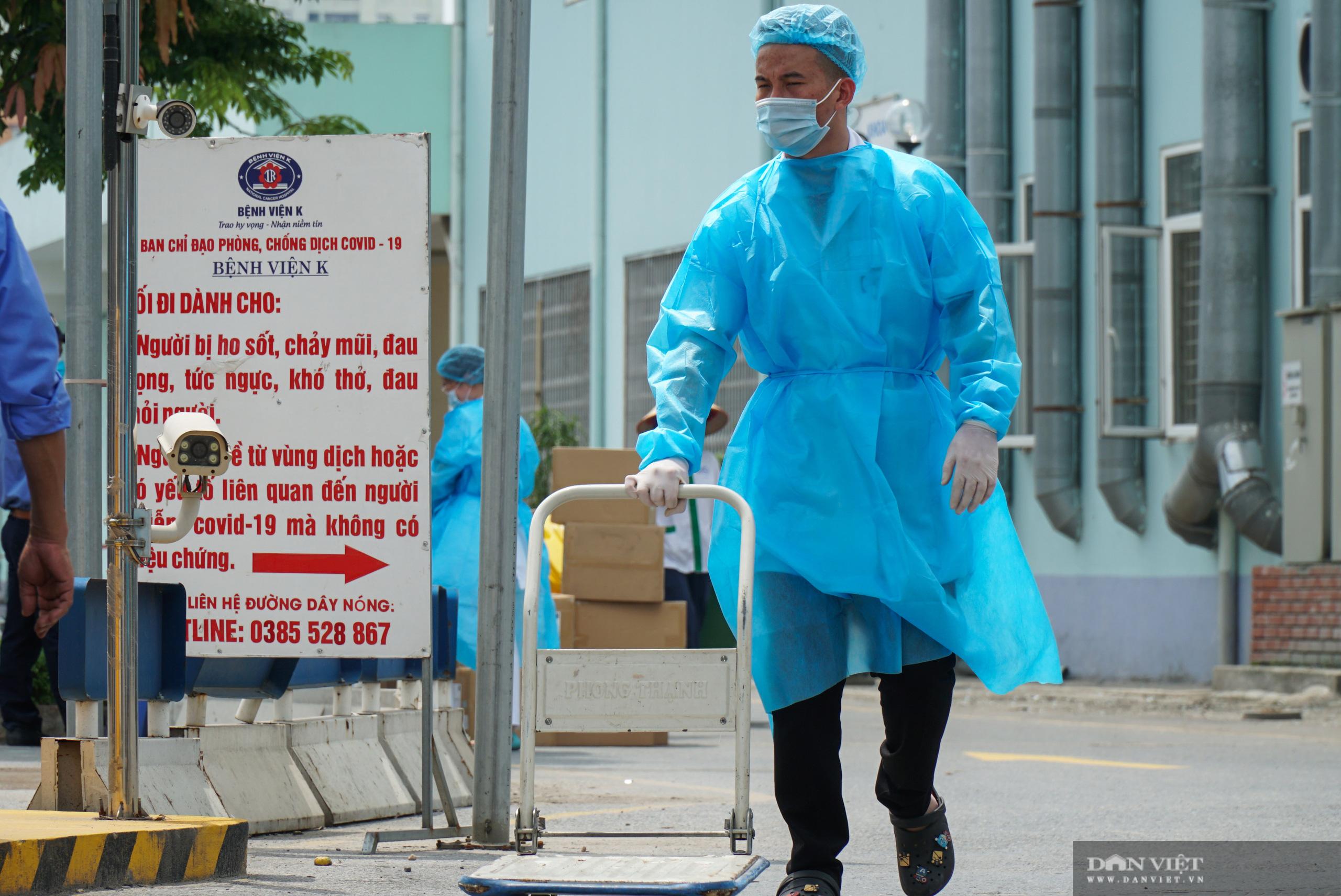 Bệnh viện K Tân Triều bị phong toả, người thân đội nắng tiếp tế đồ ăn - Ảnh 4.