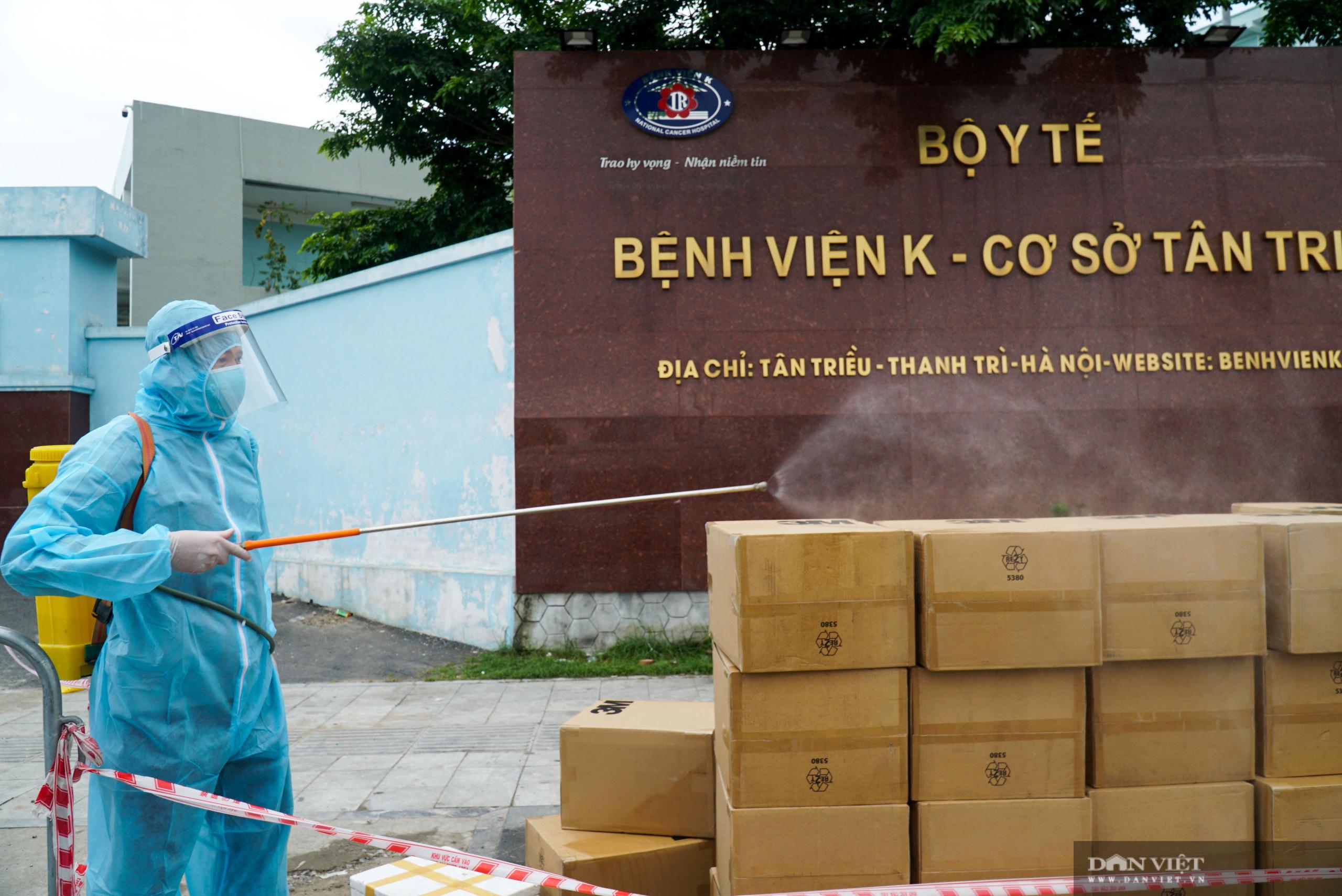 Bệnh viện K Tân Triều bị phong toả, người thân đội nắng tiếp tế đồ ăn - Ảnh 5.