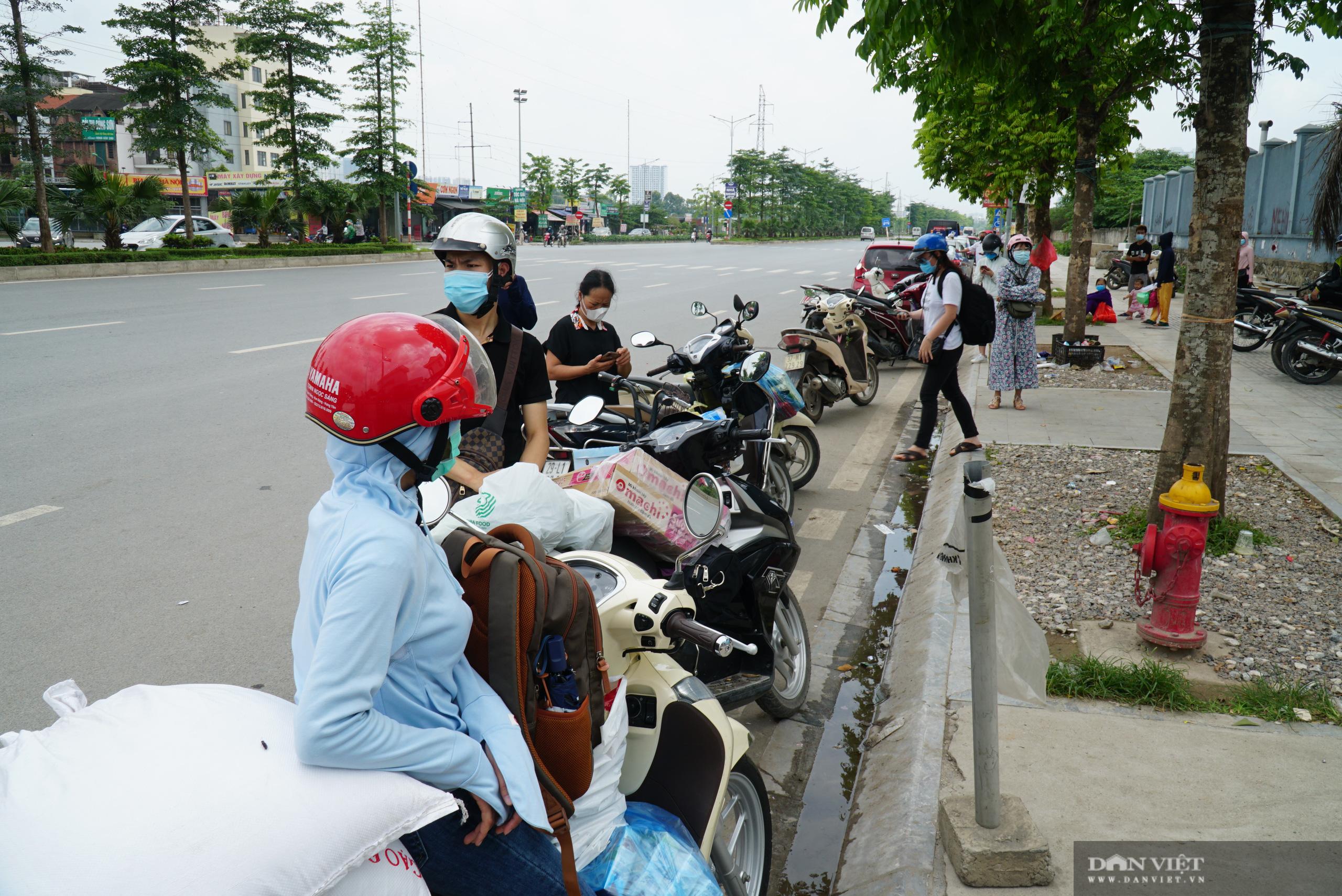 Bệnh viện K Tân Triều bị phong toả, người thân đội nắng tiếp tế đồ ăn - Ảnh 7.