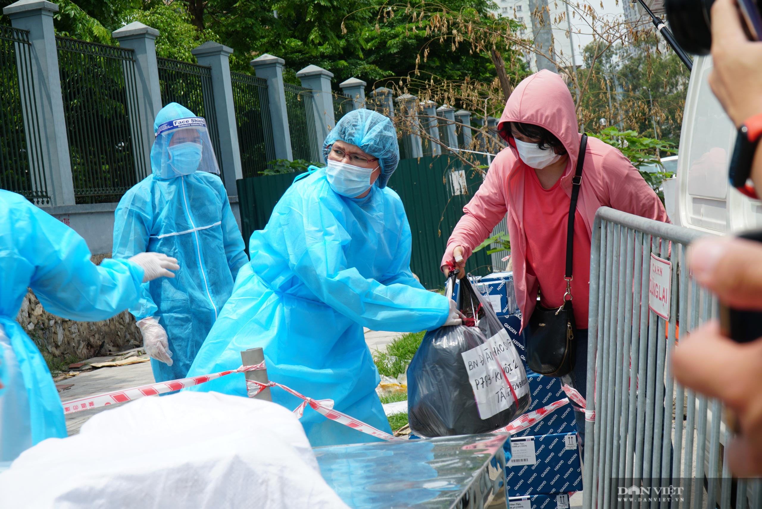 Bệnh viện K Tân Triều bị phong toả, người thân đội nắng tiếp tế đồ ăn - Ảnh 8.