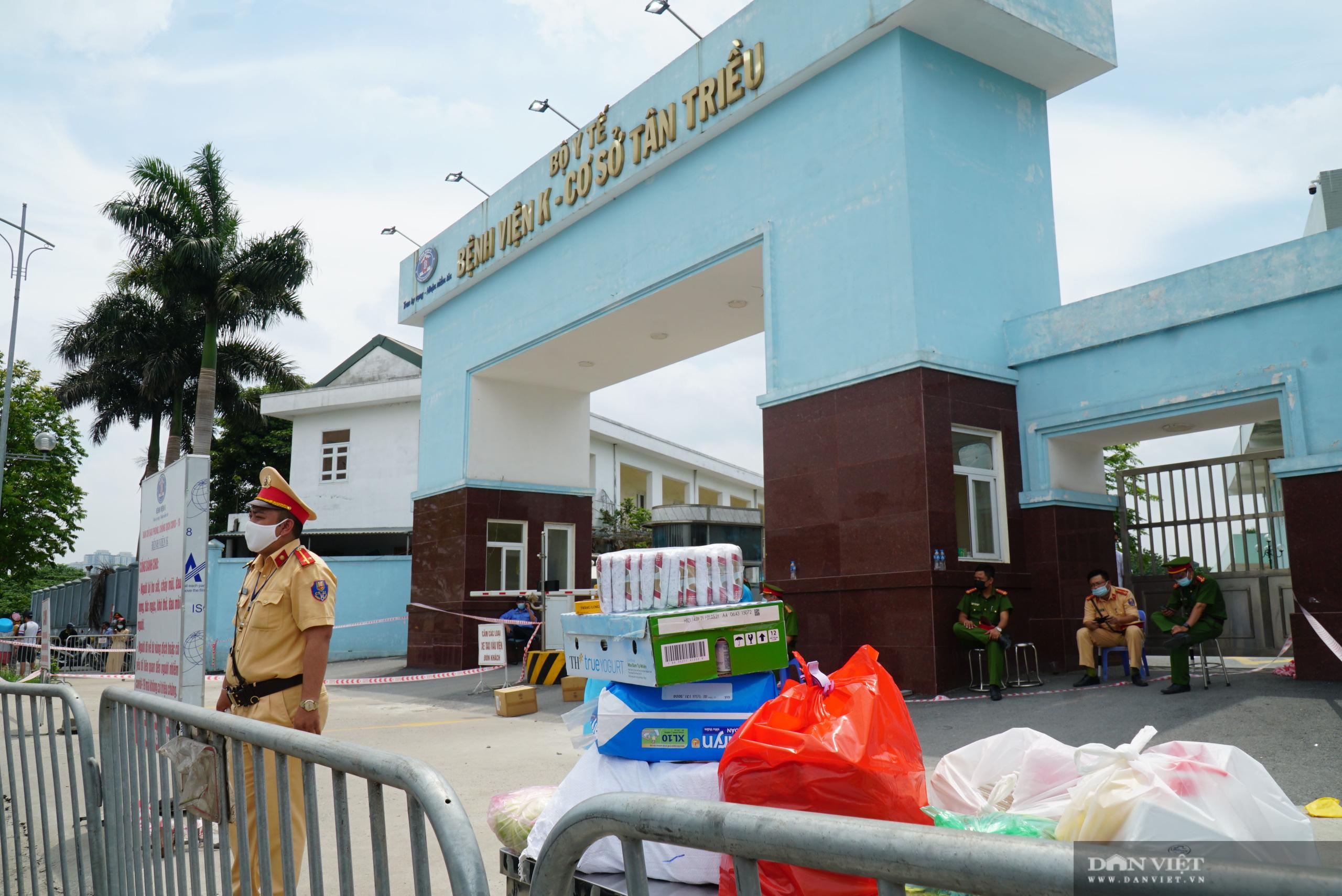 Bệnh viện K Tân Triều bị phong toả, người thân đội nắng tiếp tế đồ ăn - Ảnh 9.