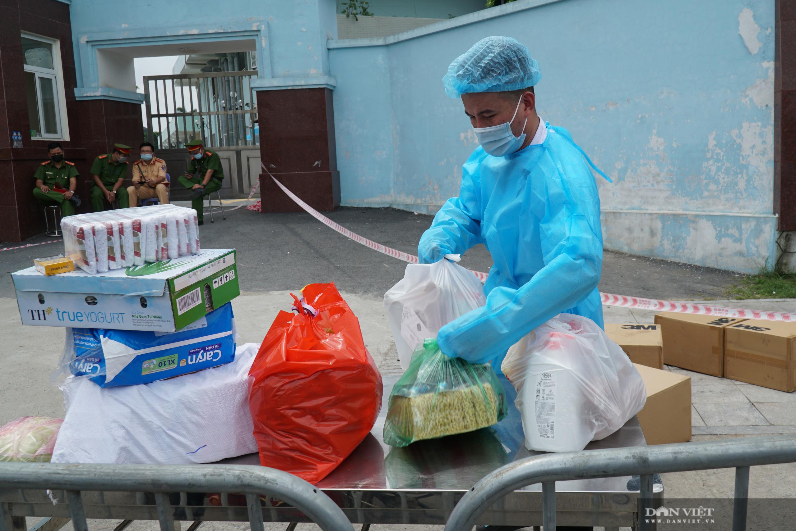 Bệnh viện K Tân Triều bị phong toả, người thân đội nắng tiếp tế đồ ăn - Ảnh 10.