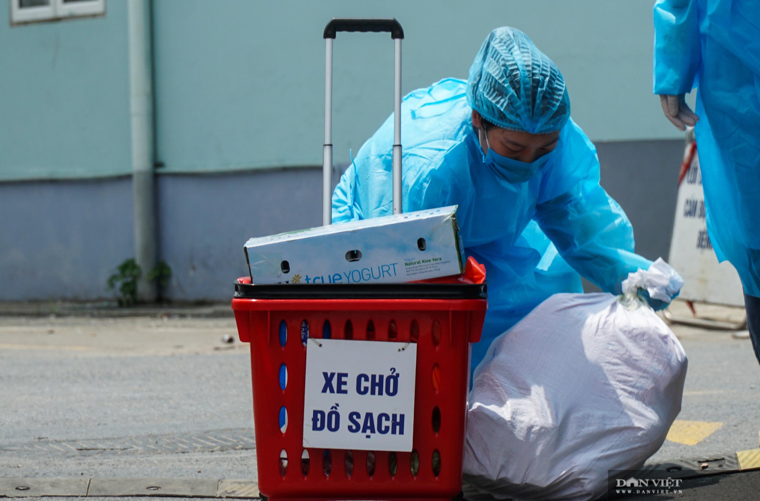 Bệnh viện K Tân Triều bị phong toả, người thân đội nắng tiếp tế đồ ăn - Ảnh 11.