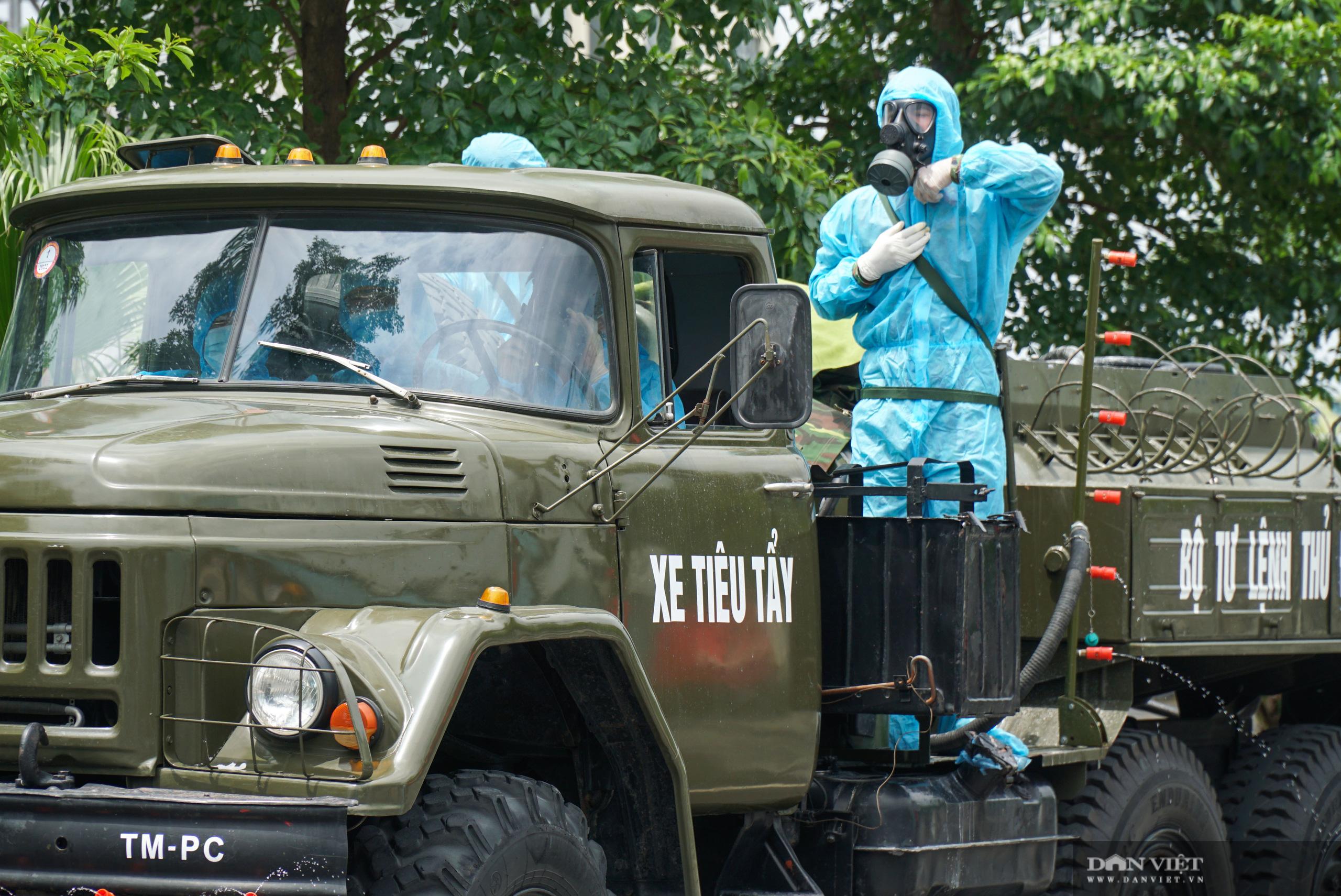 Phun khử trùng, tiêu độc bệnh viện K Tân Triều sau khi bị phong tỏa - Ảnh 5.