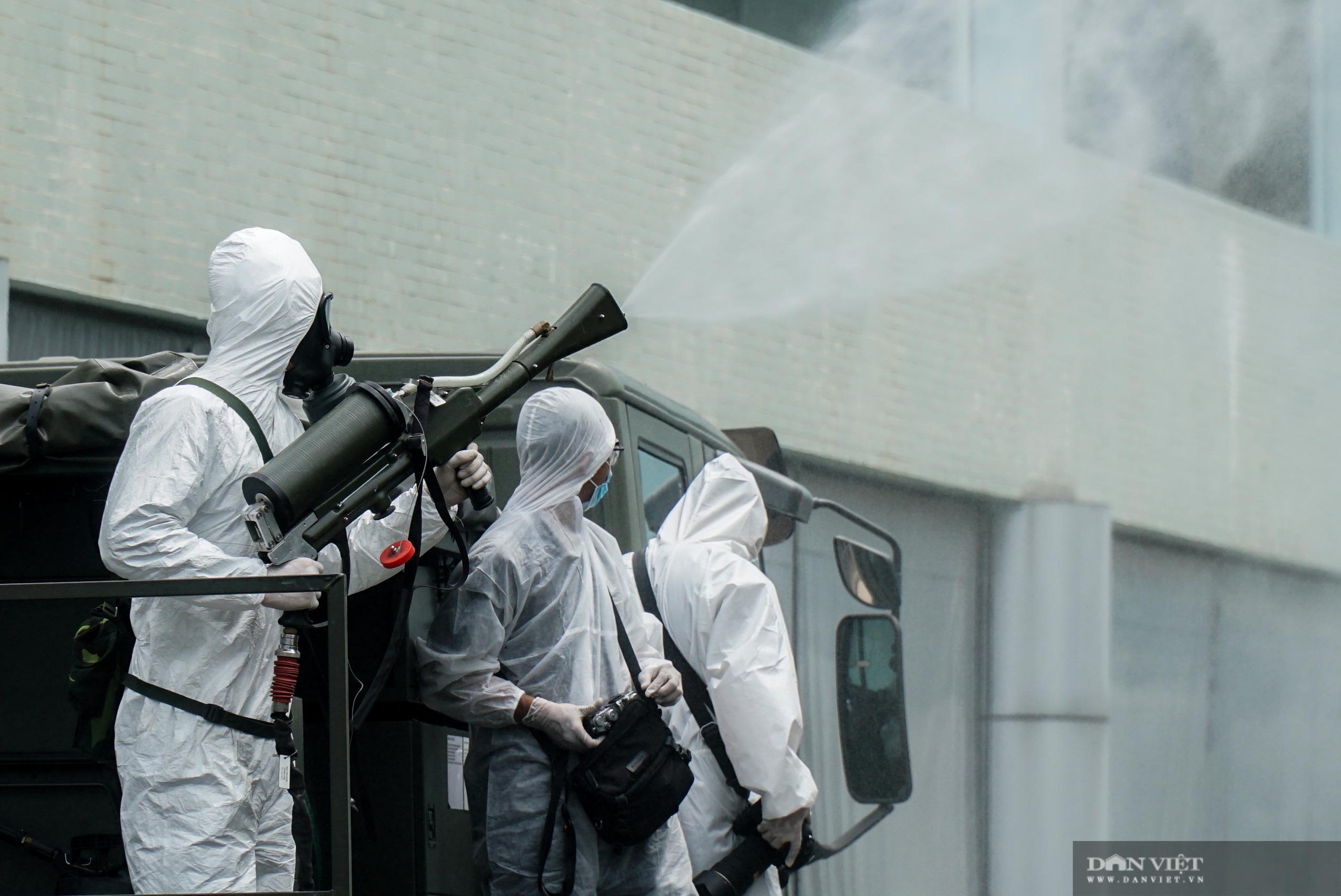 Phun khử trùng, tiêu độc bệnh viện K Tân Triều sau khi bị phong tỏa - Ảnh 9.