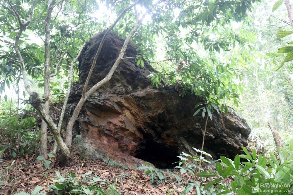 Nghệ An: Khối đá linh thiêng với dấu chân khổng lồ gắn liền với những câu chuyện huyền bí - Ảnh 2.