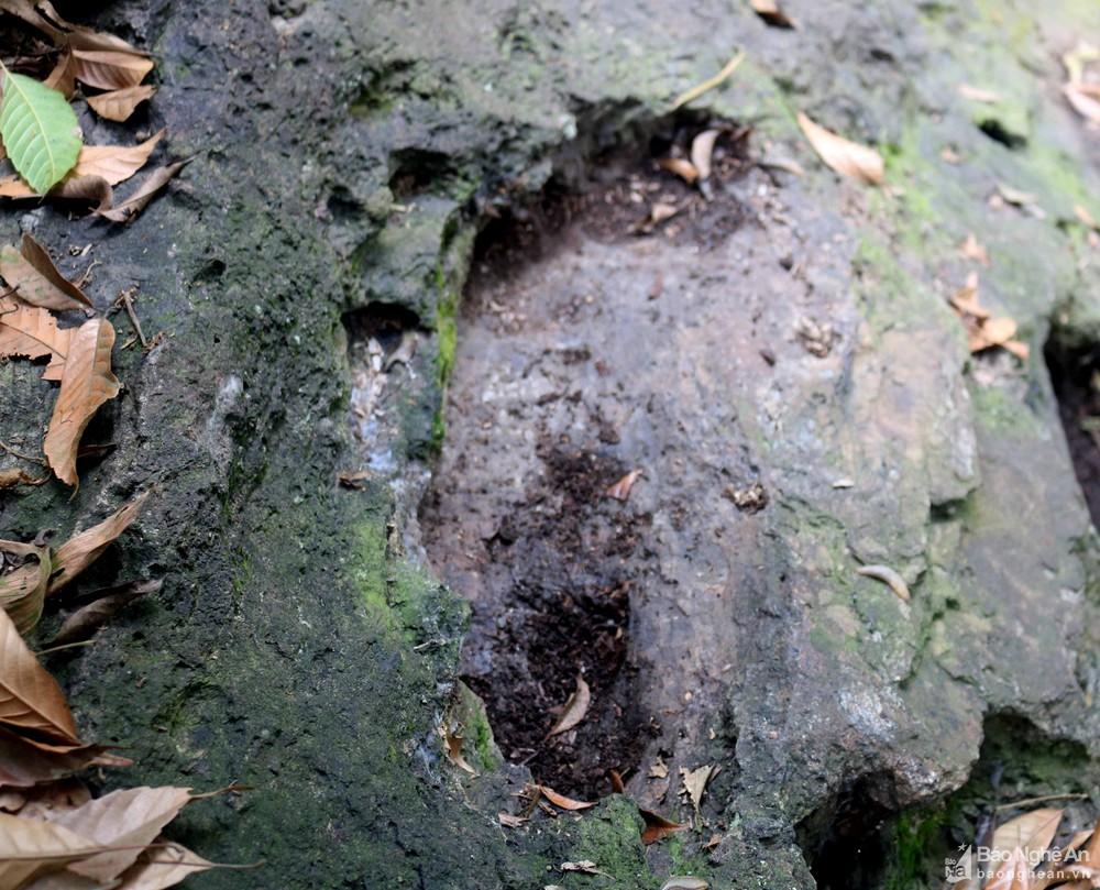 Nghệ An: Khối đá linh thiêng với dấu chân khổng lồ gắn liền với những câu chuyện huyền bí - Ảnh 5.