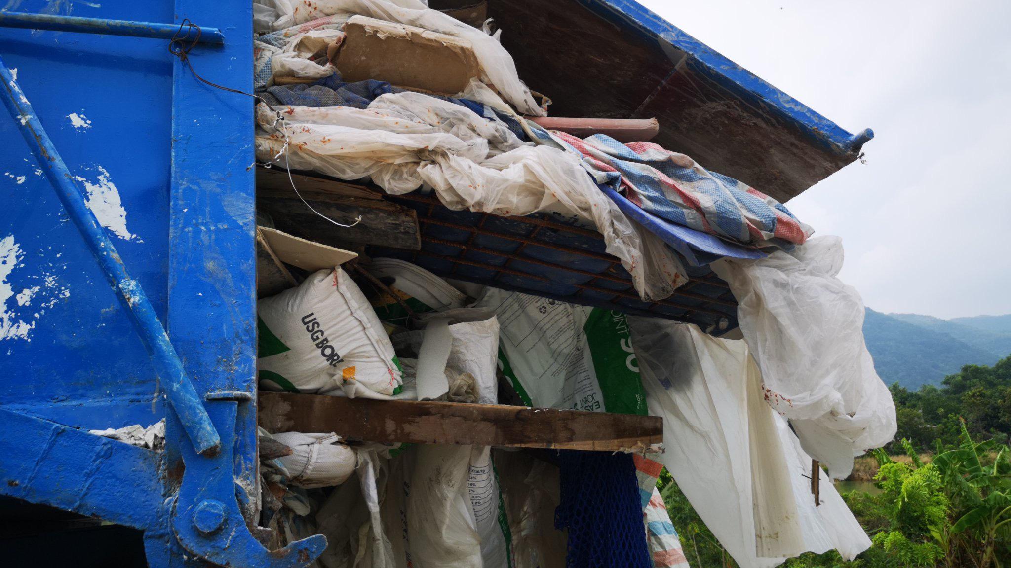 Bà Rịa - Vũng Tàu: Bắt vụ đổ gần chục tấn chất thải trái phép xuống khu đất trống - Ảnh 2.
