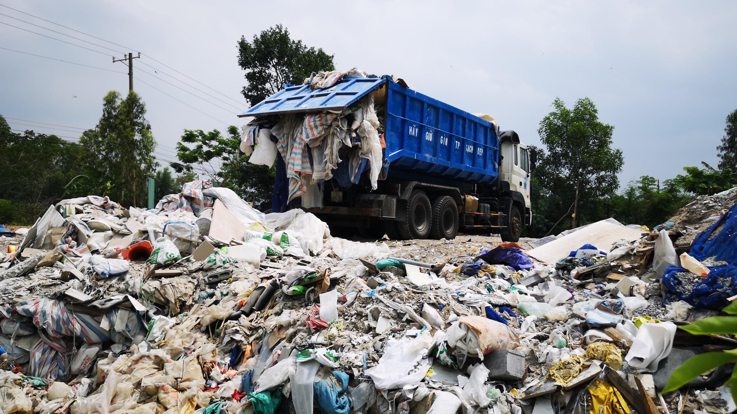 Bà Rịa - Vũng Tàu: Bắt vụ đổ gần chục tấn chất thải trái phép xuống khu đất trống - Ảnh 1.
