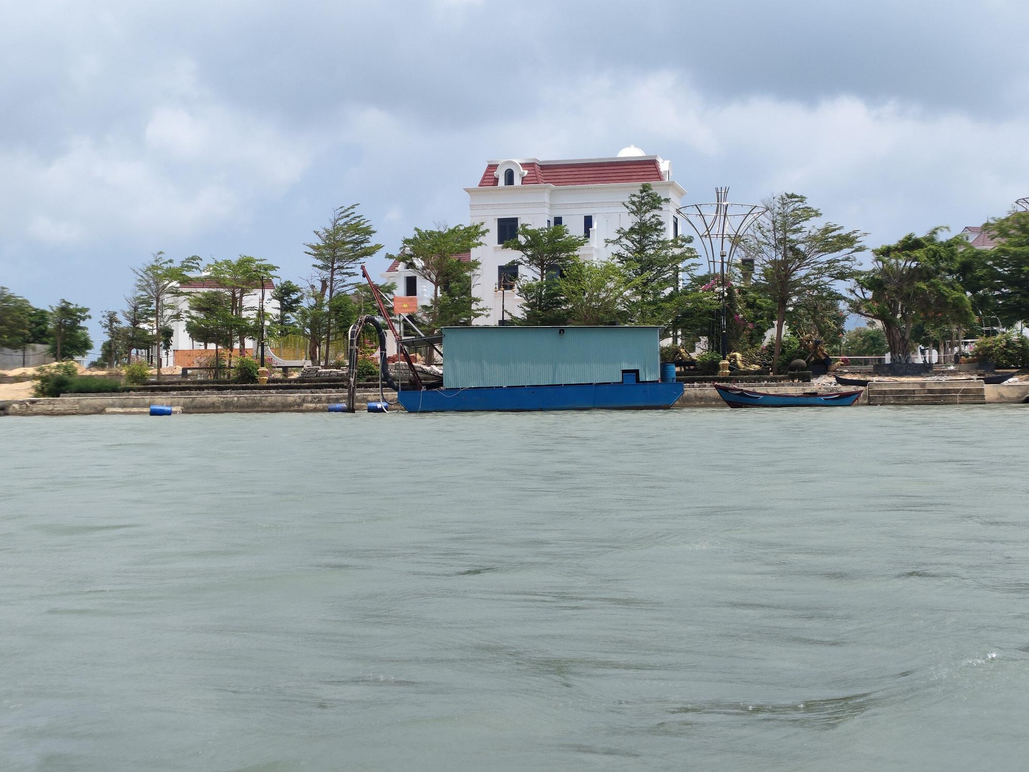 Bình Định: Yêu cầu doanh nghiệp khai thác cát cam kết không gây sạt lở bờ sông - Ảnh 1.