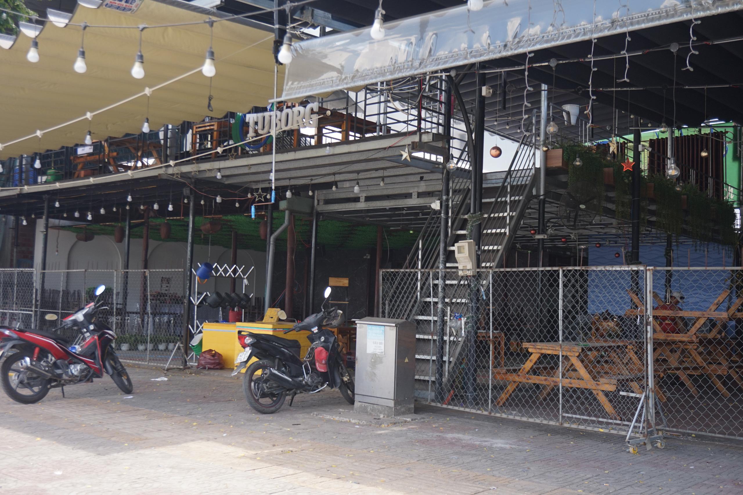 Đà Nẵng: Hàng quán nghiêm chỉnh treo bảng bán mang về, thậm chí đóng cửa để phòng chống dịch Covid-19 - Ảnh 1.