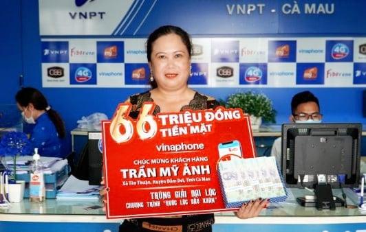 """VinaPhone Cà Mau trao 66 triệu đồng cho khách hàng trúng giải chương trình """"Rước lộc đầu xuân""""  - Ảnh 1."""
