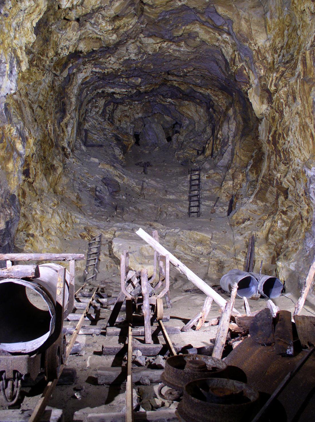 Tiết lộ bí mật cuối cùng gây chấn động của Hitler: Một khu tổ hợp ngầm 'tàng hình' nằm sâu trong vách núi - Ảnh 2.
