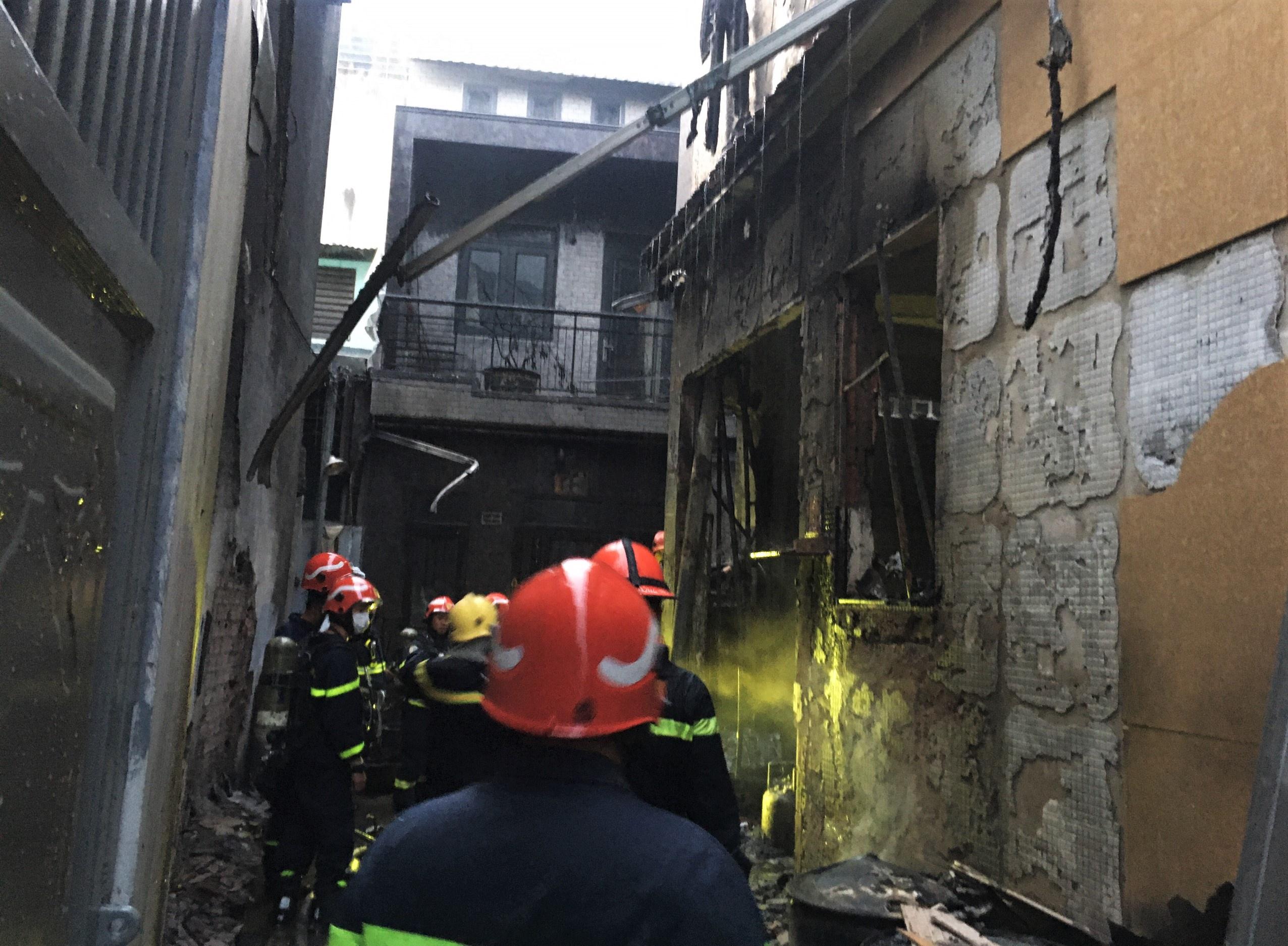 ẢNH-CLIP: Hiện trường bên trong căn nhà cháy làm 8 người chết ở TP.HCM - Ảnh 1.