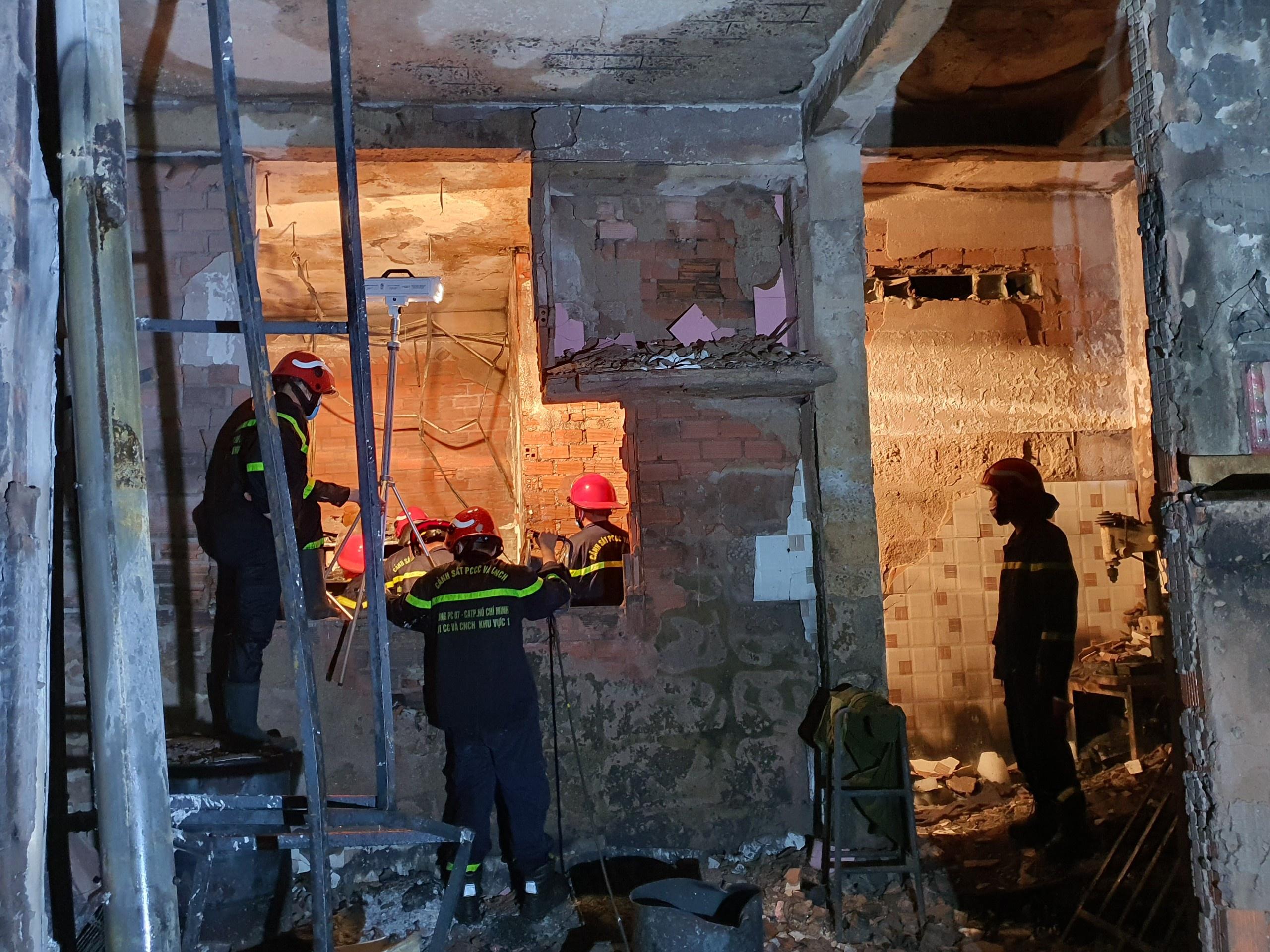 ẢNH-CLIP: Hiện trường bên trong căn nhà cháy làm 8 người chết ở TP.HCM - Ảnh 2.