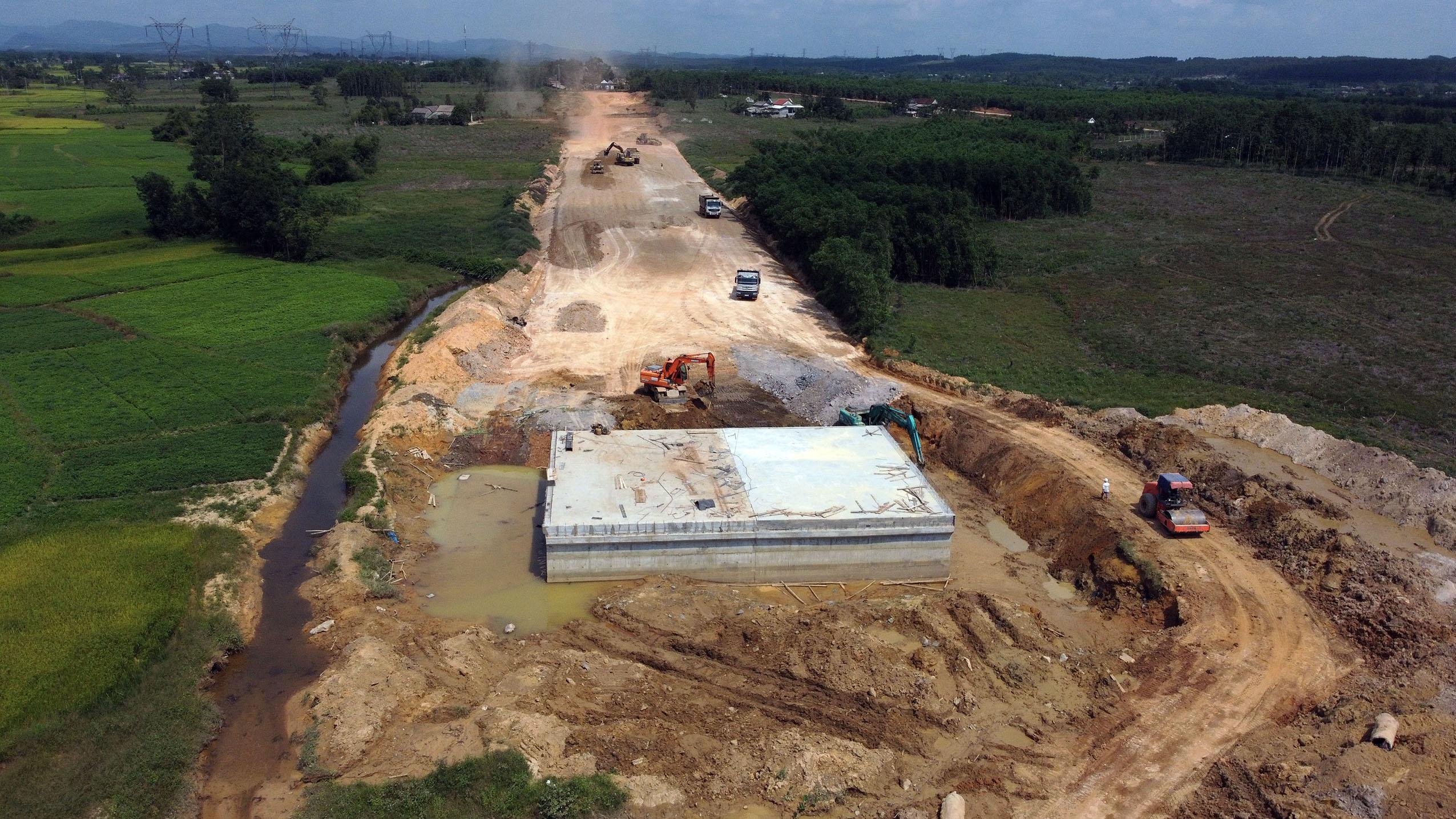 """Điểm danh nhà thầu bị lập danh sách """"xấu"""" tại dự án cao tốc Cam Lộ - La Sơn - Ảnh 2."""