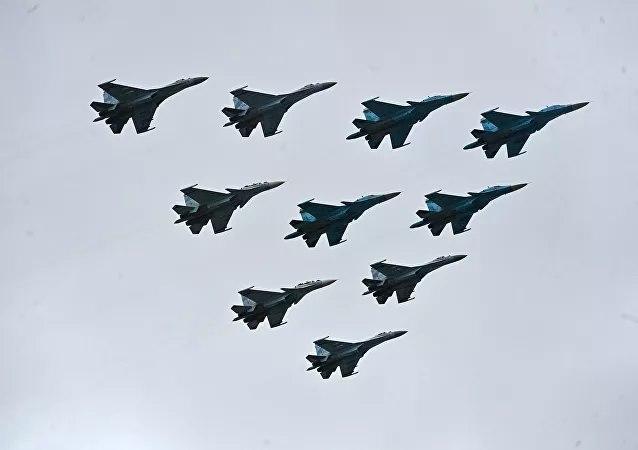 Màn duyệt binh rầm rộ, khoe vũ khí không thể hoành tránh hơn của Nga kỷ niệm Ngày Chiến thắng - Ảnh 13.