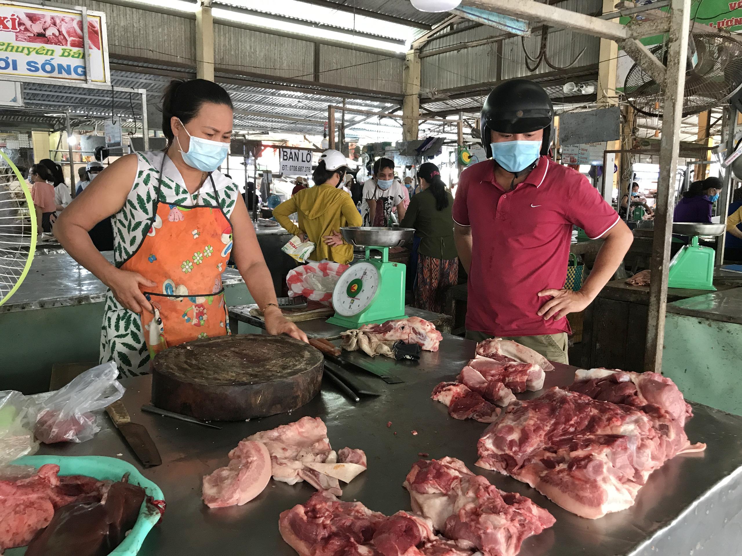Đà Nẵng: Dịch Covid-19, giá cả các mặt hàng tại các chợ dân sinh biến động thế nào?  - Ảnh 1.