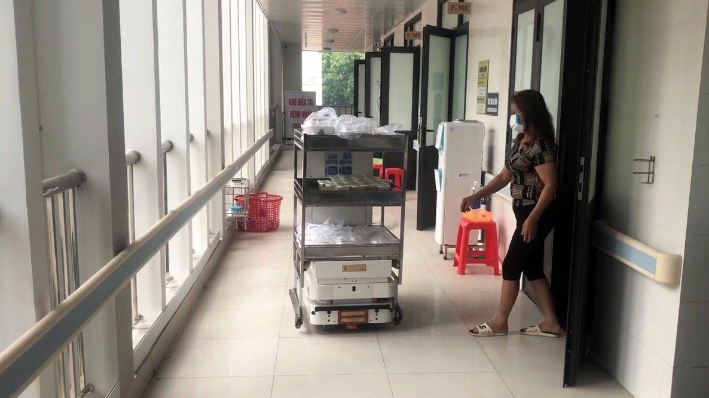 Robot vận chuyển đưa cơm, thuốc cho bệnh nhân Covid-19 tại tâm dịch Bắc Ninh - Ảnh 6.
