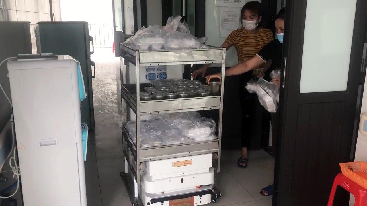 Robot vận chuyển đưa cơm, thuốc cho bệnh nhân Covid-19 tại tâm dịch Bắc Ninh - Ảnh 4.