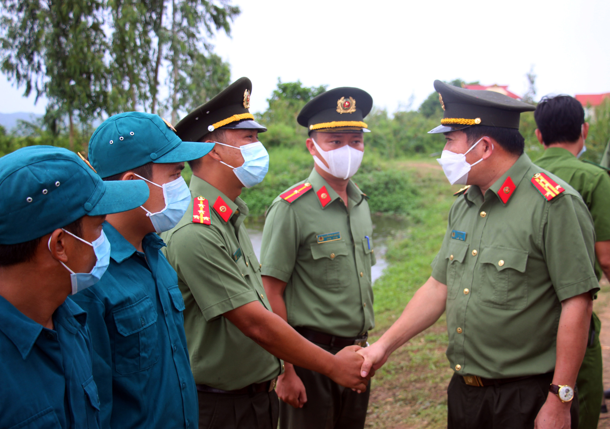 An Giang: Cán bộ chiến sĩ nhận quân hàm và kết nạp Đảng tại chốt phòng, chống dịch trên tuyến biên giới - Ảnh 4.