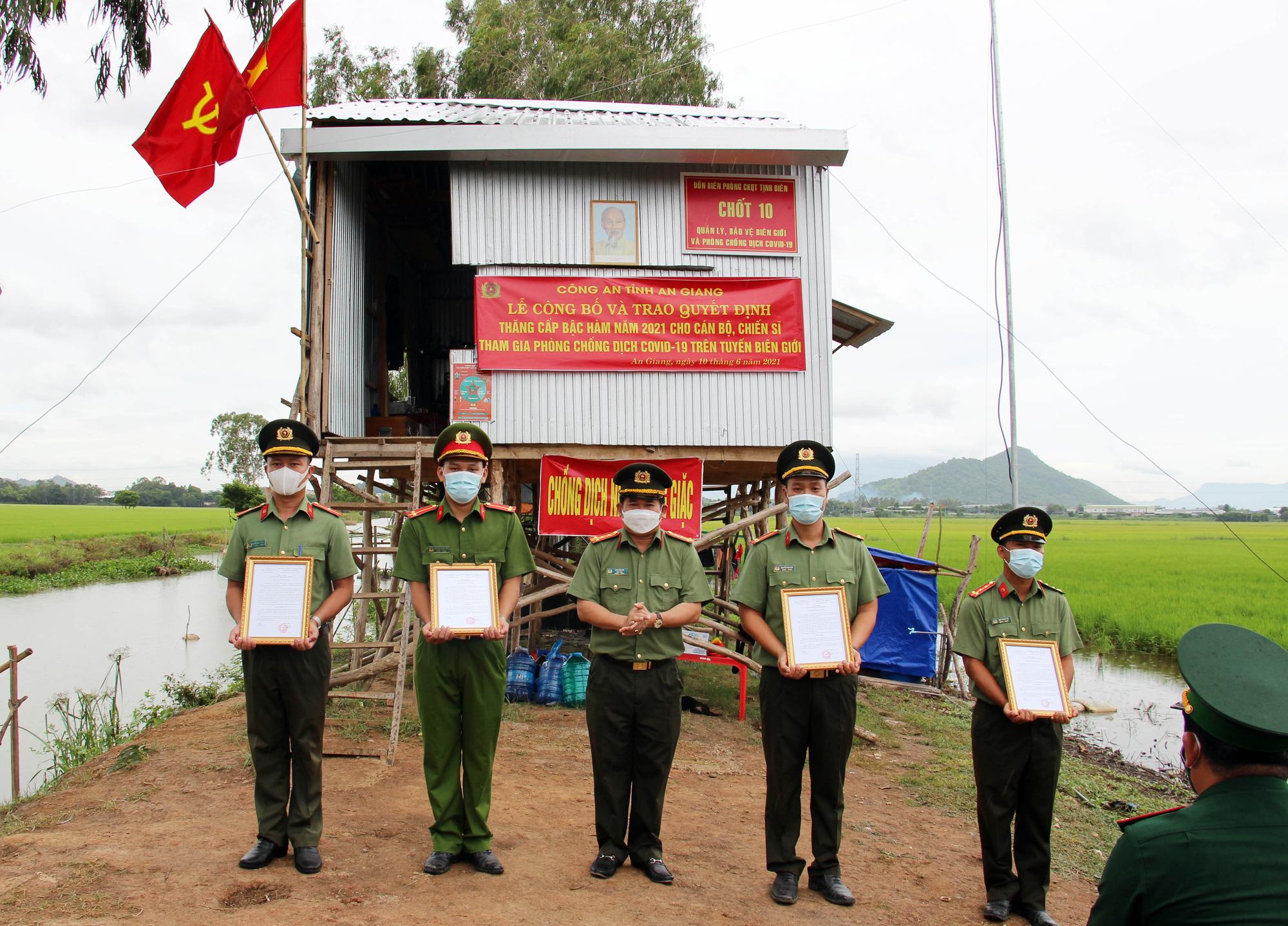 An Giang: Cán bộ chiến sĩ nhận quân hàm và kết nạp Đảng tại chốt phòng, chống dịch trên tuyến biên giới - Ảnh 3.
