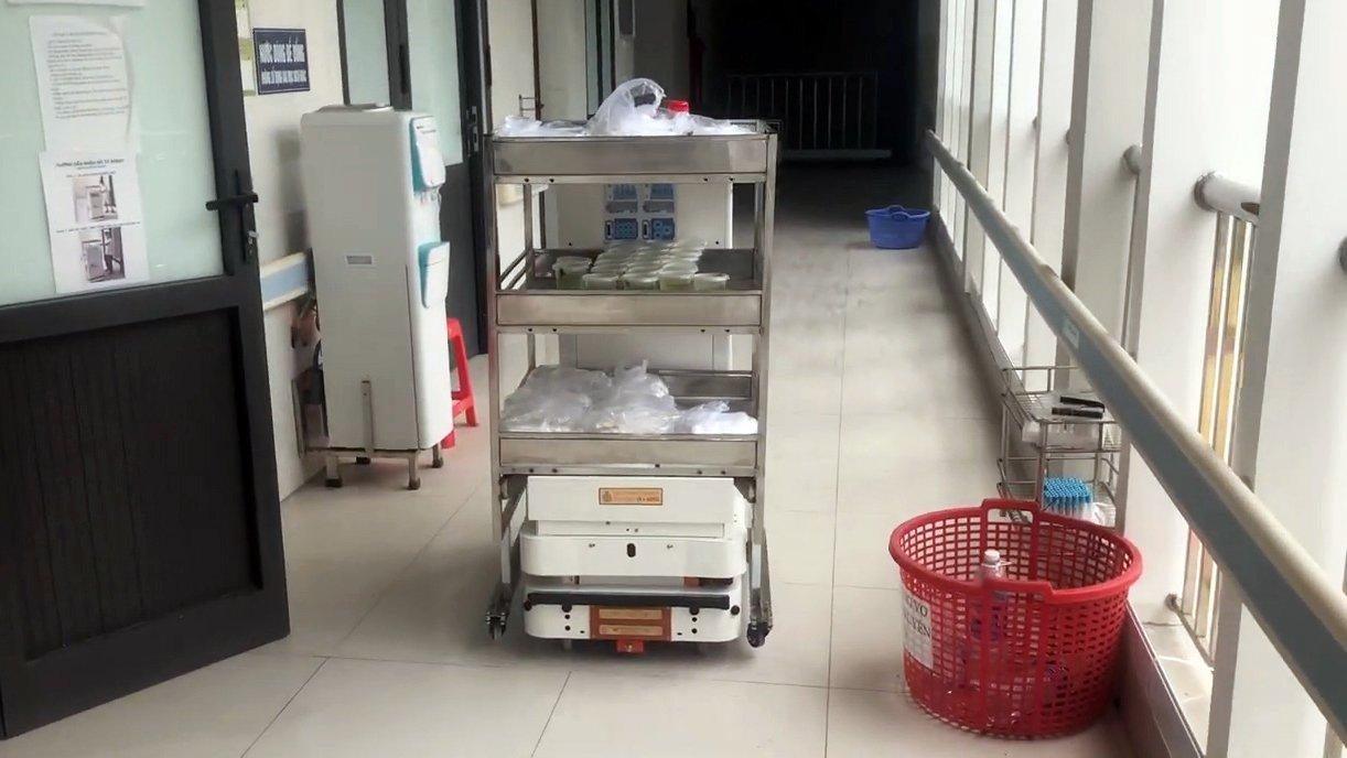 Robot vận chuyển đưa cơm, thuốc cho bệnh nhân Covid-19 tại tâm dịch Bắc Ninh - Ảnh 3.