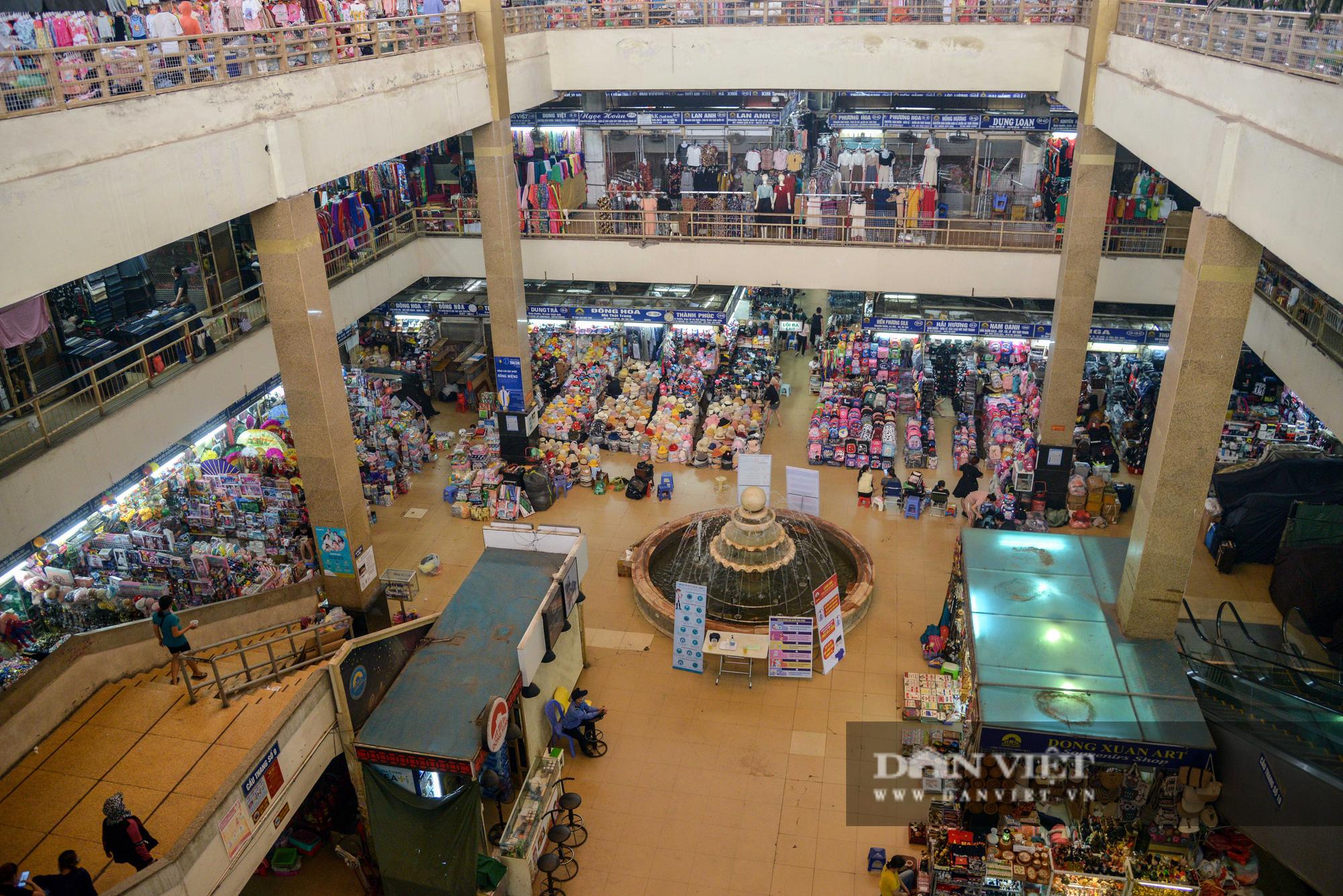 Chợ Đồng Xuân đìu hiu giữa đại dịch Covid-19 - Ảnh 1.