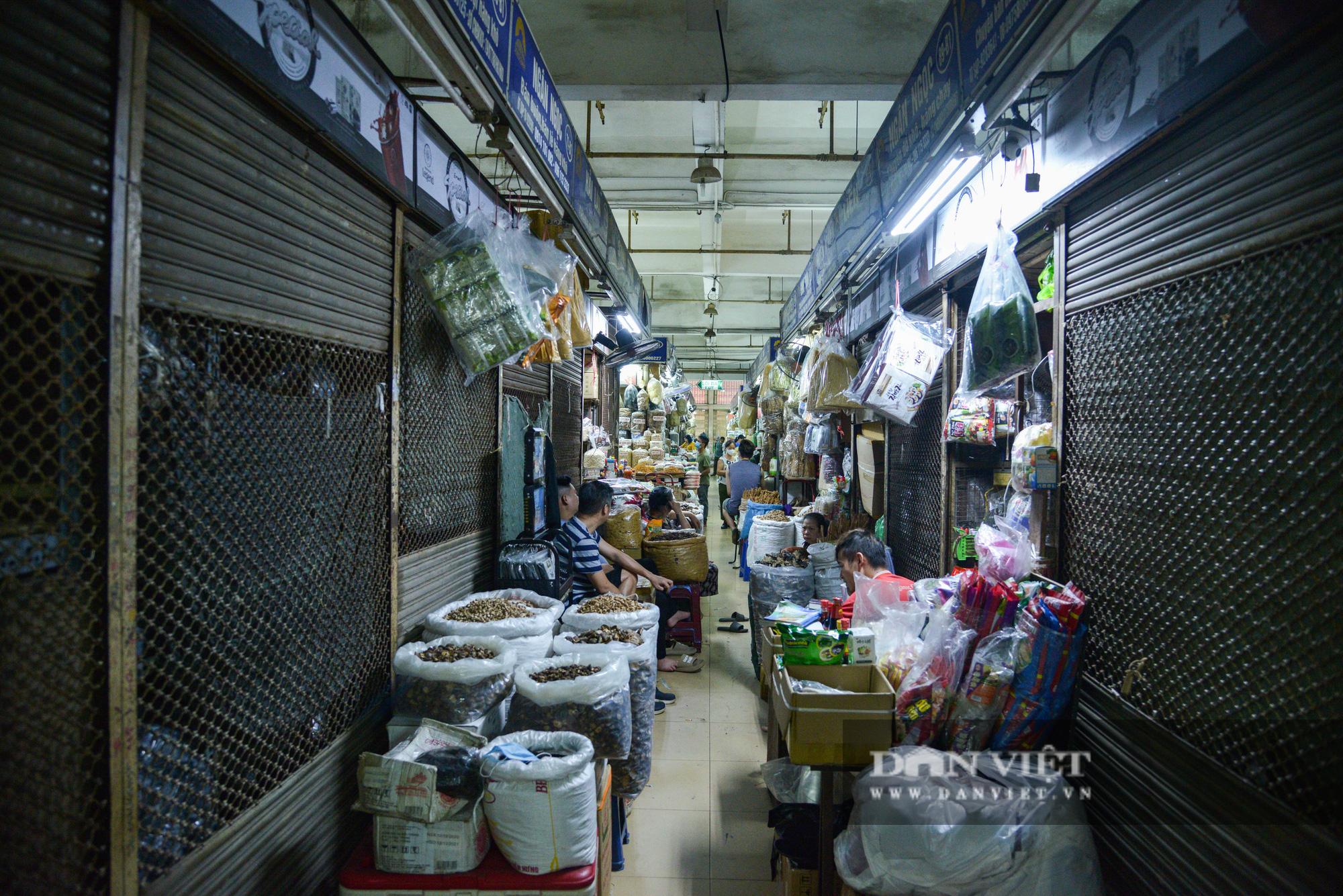 Chợ Đồng Xuân đìu hiu giữa đại dịch Covid-19 - Ảnh 2.