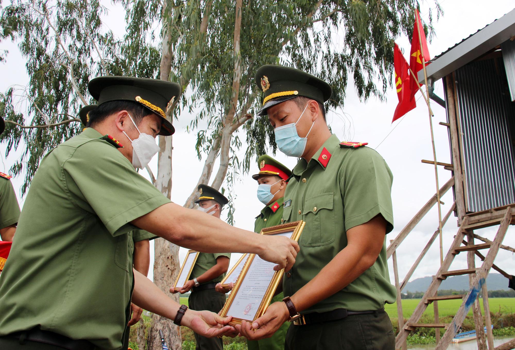 An Giang: Cán bộ chiến sĩ nhận quân hàm và kết nạp Đảng tại chốt phòng, chống dịch trên tuyến biên giới - Ảnh 1.