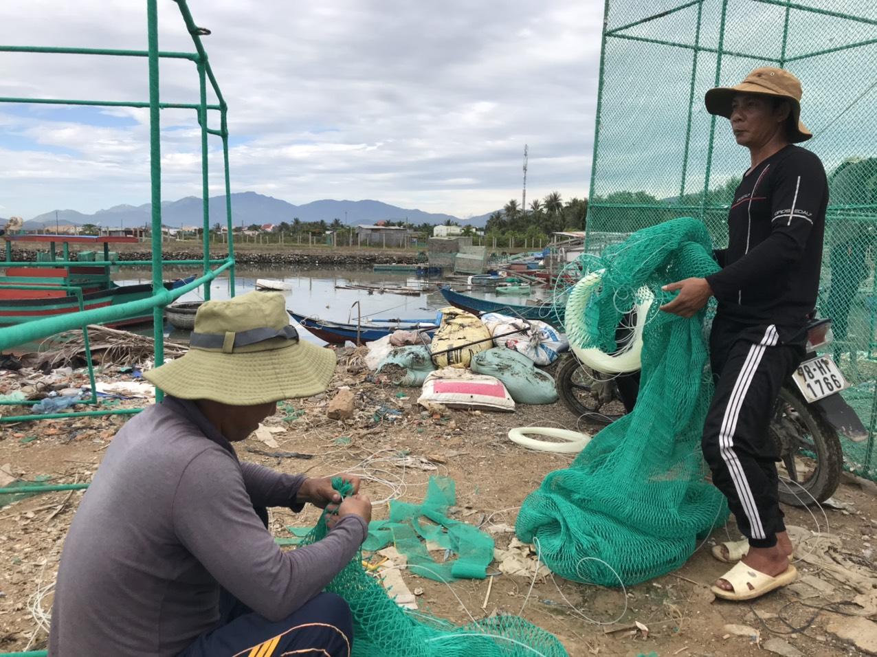 Khánh Hòa: Kiếm nửa triệu đồng/ngày nhờ nghề may lưới biển - Ảnh 1.