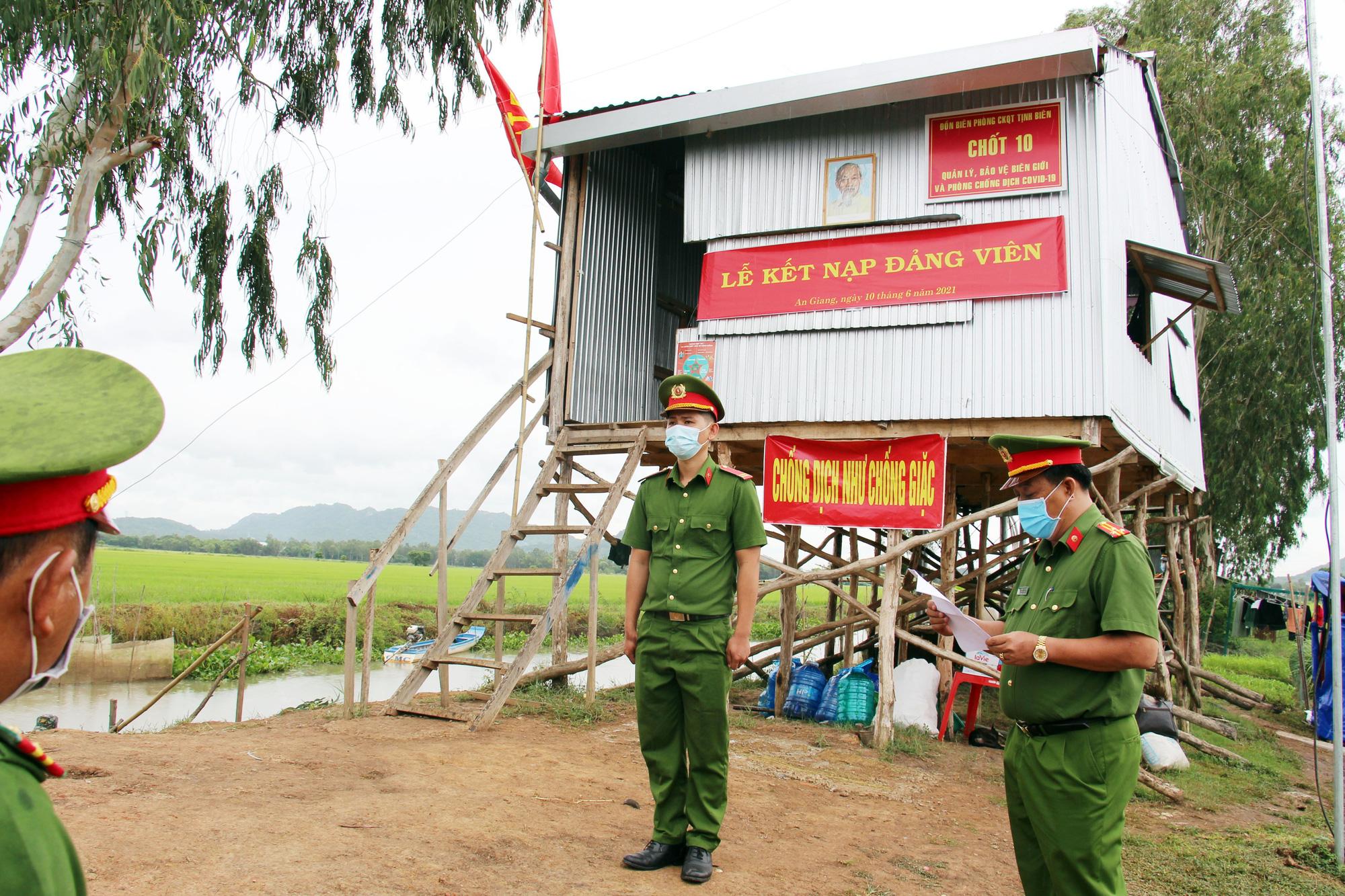 An Giang: Cán bộ chiến sĩ nhận quân hàm và kết nạp Đảng tại chốt phòng, chống dịch trên tuyến biên giới - Ảnh 2.