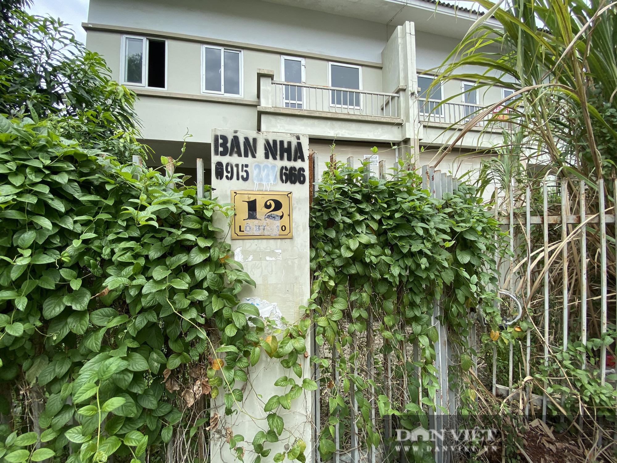 La liệt biệt thự chục tỷ đồng bỏ hoang ở Hà Nội - Ảnh 9.