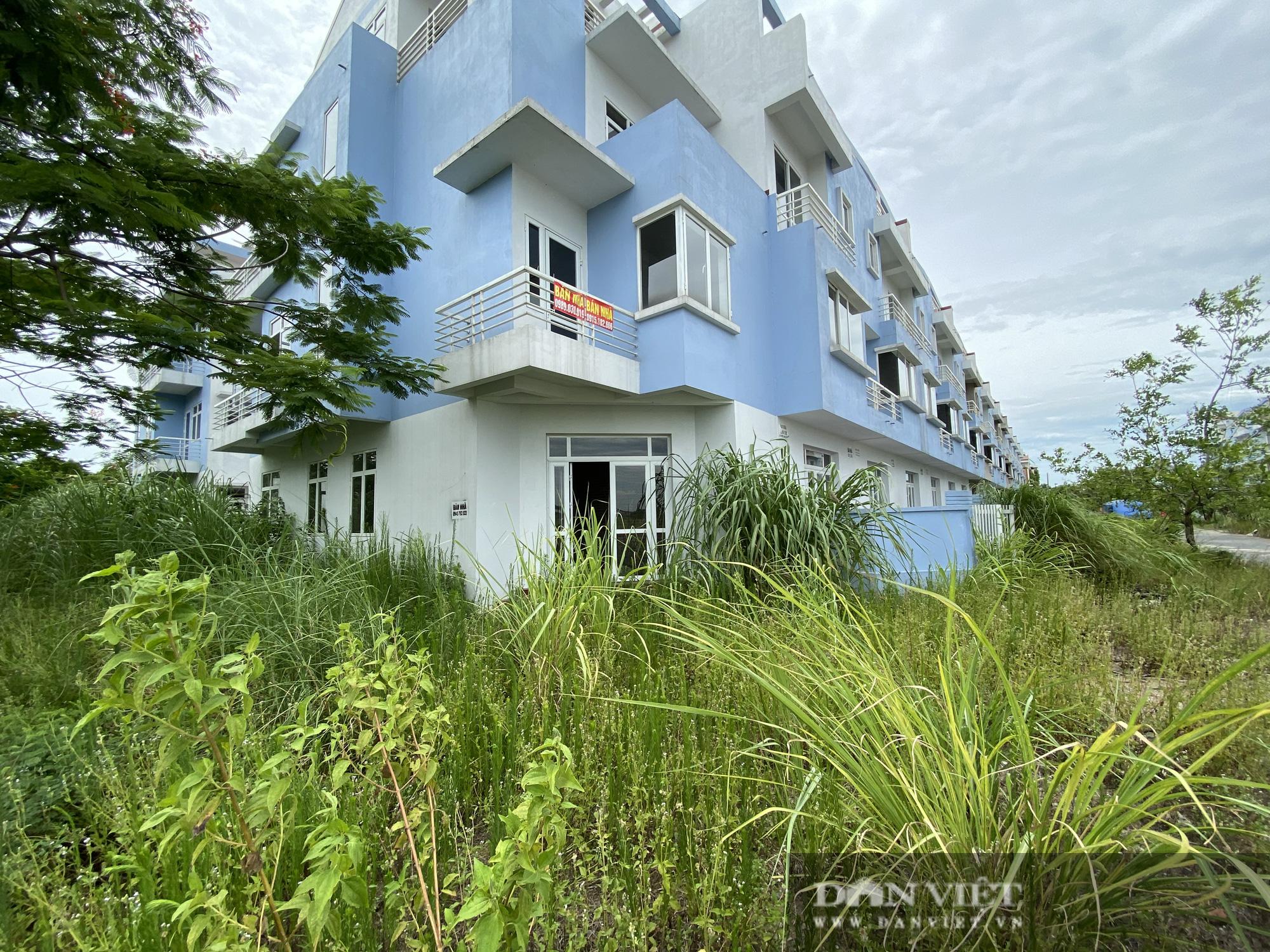 La liệt biệt thự chục tỷ đồng bỏ hoang ở Hà Nội - Ảnh 12.