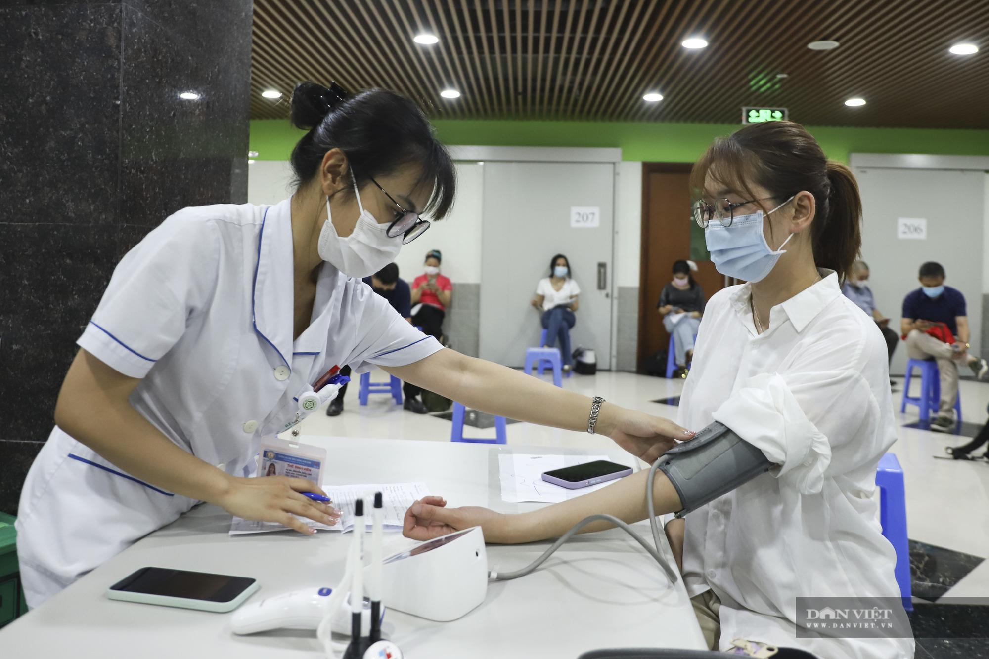 Giám đốc Sở Y tế Hà Nội thông tin về việc người dân phải tự trả phí tiêm vắc xin Covid-19? - Ảnh 1.