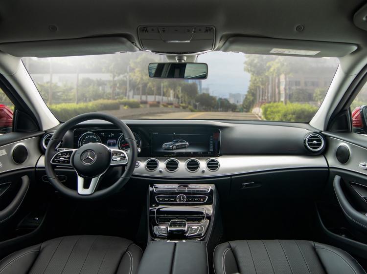 Mercedes E180 đắt gấp đôi VinFast Lux A2.0 có hút người Việt?