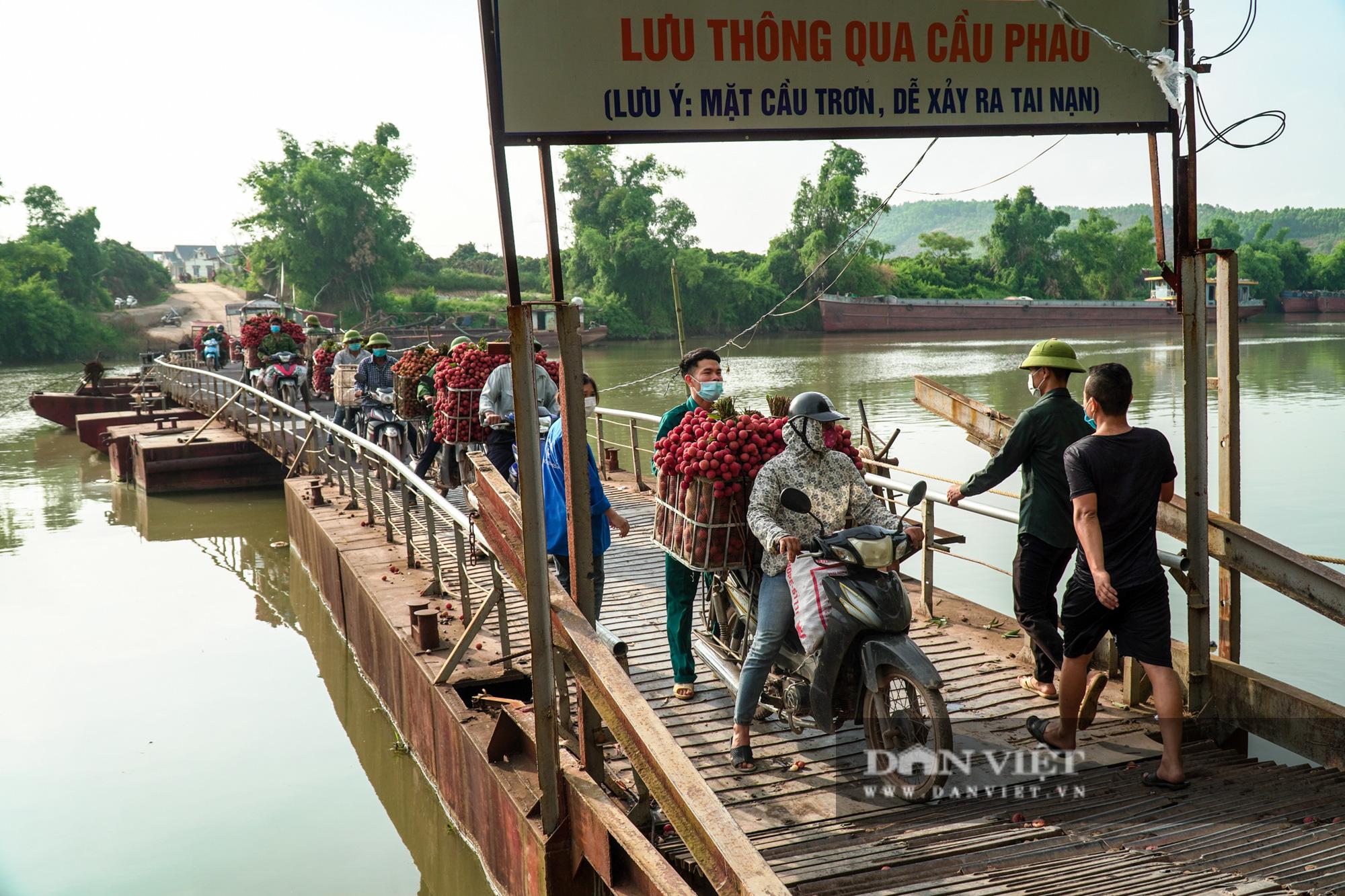 """Người dân """"vồ ếch"""", ngã xuống cầu khi chở vải đi qua cây cầu """"tử thần"""" ở Bắc Giang - Ảnh 4."""