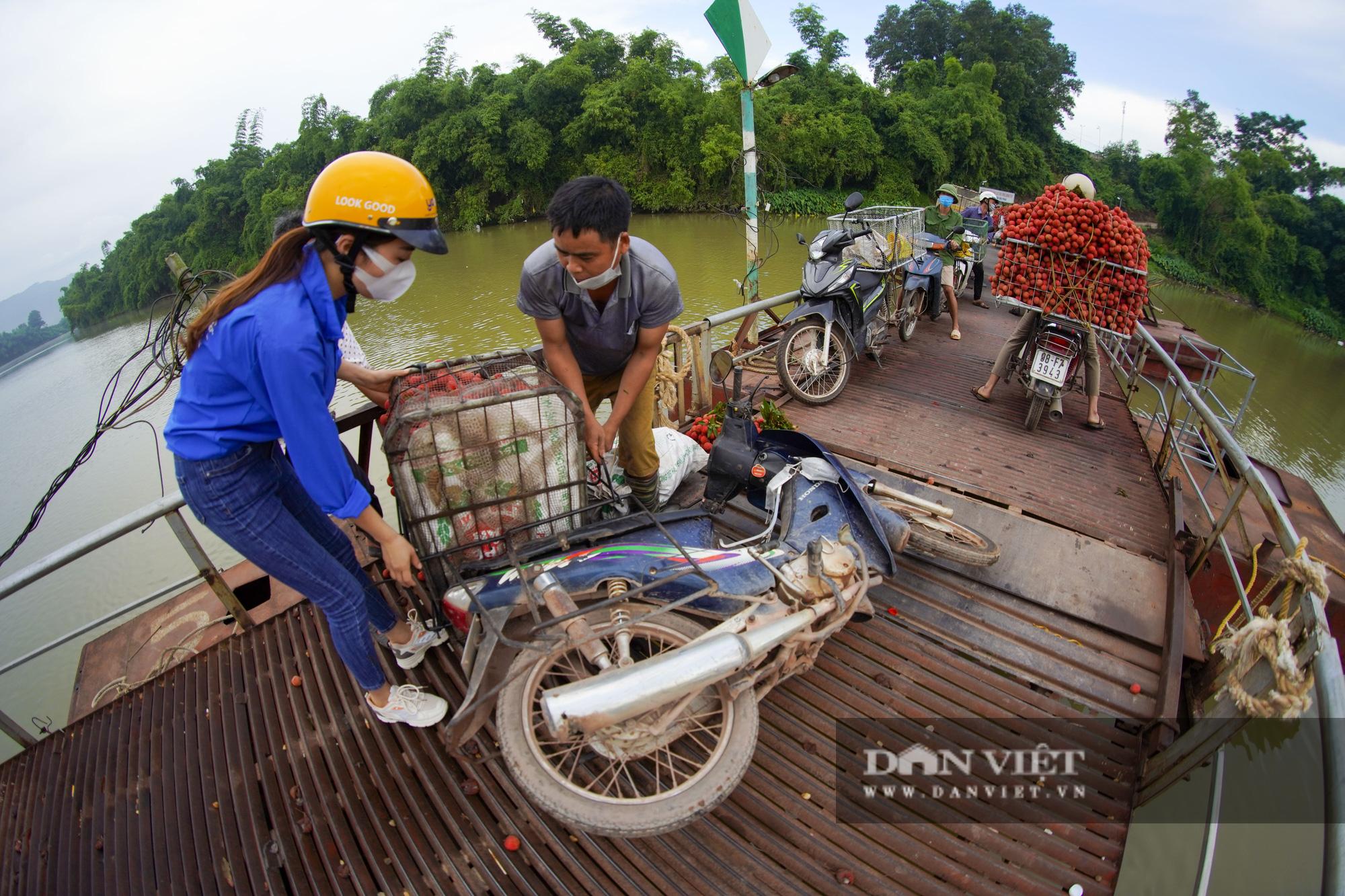 """Người dân """"vồ ếch"""", ngã xuống cầu khi chở vải đi qua cây cầu """"tử thần"""" ở Bắc Giang - Ảnh 5."""