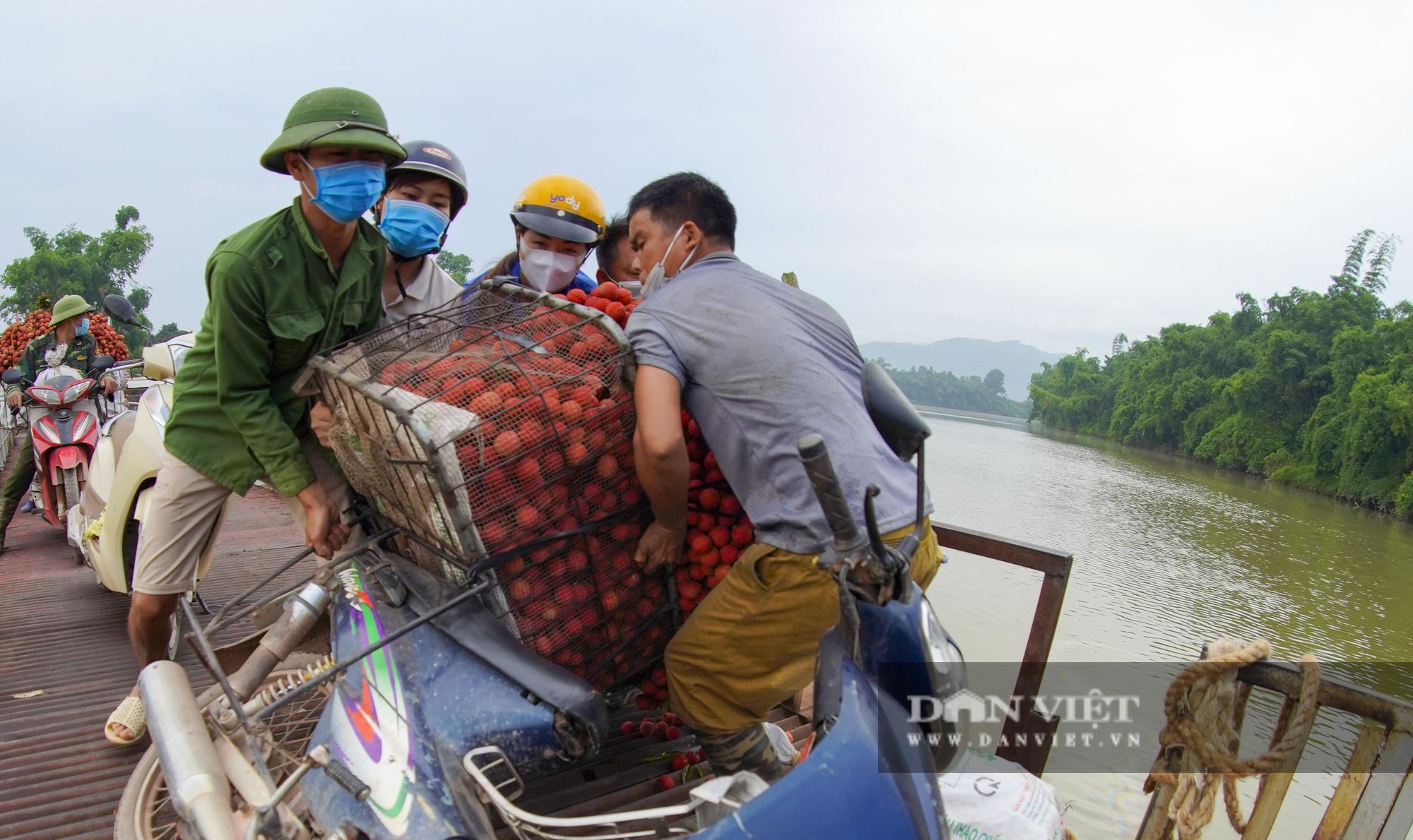 """Người dân """"vồ ếch"""", ngã xuống cầu khi chở vải đi qua cây cầu """"tử thần"""" ở Bắc Giang - Ảnh 6."""