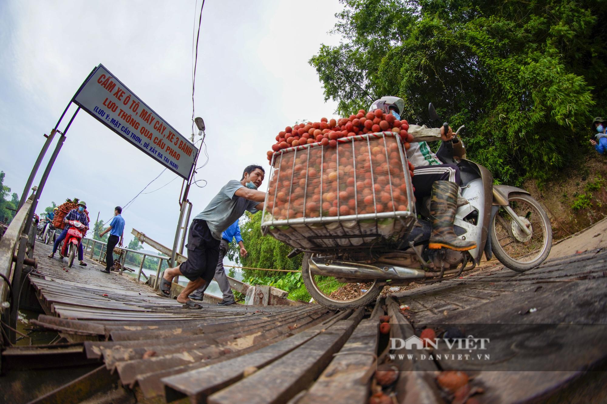 """Người dân """"vồ ếch"""", ngã xuống cầu khi chở vải đi qua cây cầu """"tử thần"""" ở Bắc Giang - Ảnh 10."""