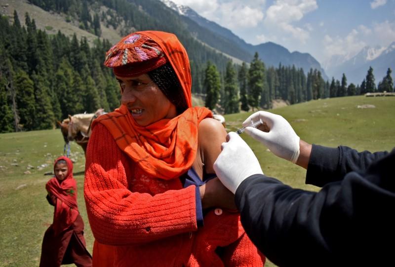 """Nhân viên y tế """"trèo đèo lội suối"""" để mang vắc xin đến những vùng hẻo lánh ở Ấn Độ - Ảnh 1."""